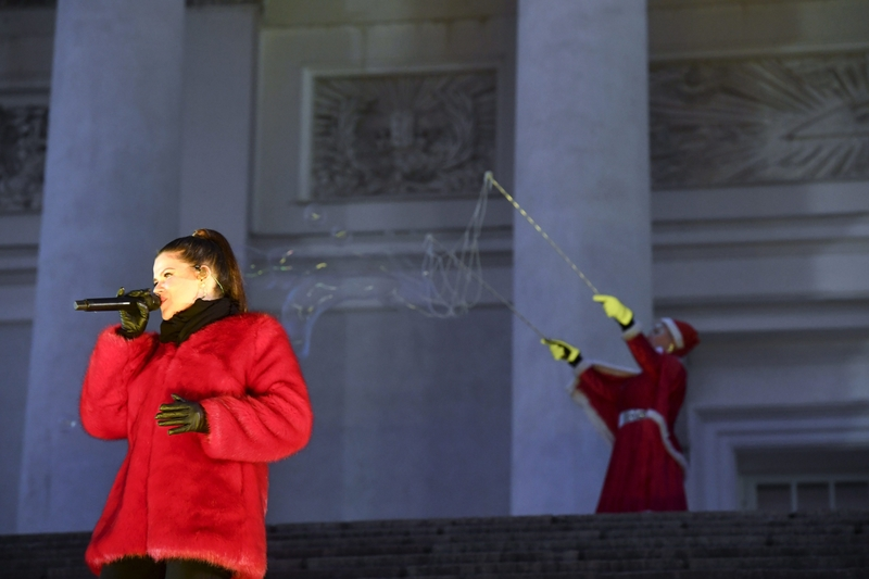 Pop singer Saara Aalto sings a festive tune to the crowd at Helsinki's Senate Square today (Image: Lehtikuva)