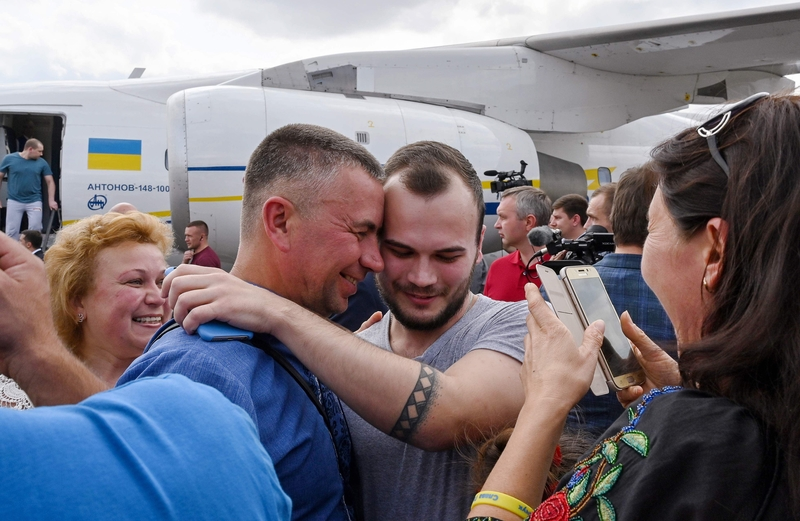 A former prisoner embraces relatives at Kyiv's Boryspil Airport (Image: Lehtikuva)