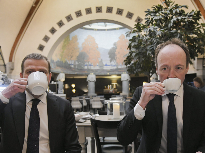 Petteri Orpo of the National Coalition (left) and Jussi Halla-aho of the Finns Party were photographed at an event of political journalists in Helsinki on 11 March 2020. Both opposition parties have seen their popularity drop during the coronavirus pandemic. (Markku Ulander – Lehtikuva).