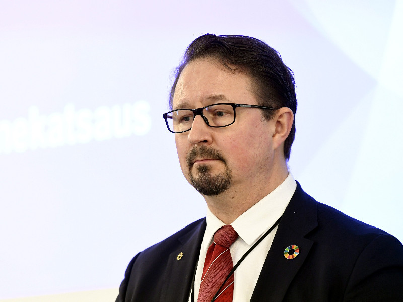 Mika Salminen, the head of health security at the Finnish Institute for Health and Welfare (THL), reacted at a government press conference in Helsinki on Wednesday, 1 April 2020. (Vesa Moilanen – Lehtikuva)