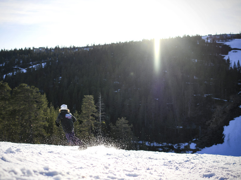 A snowboarder at a ski resort in Saariselkä, Finnish Lapland, on 1 June 2020. (Aku Häyrynen – Lehtikuva)