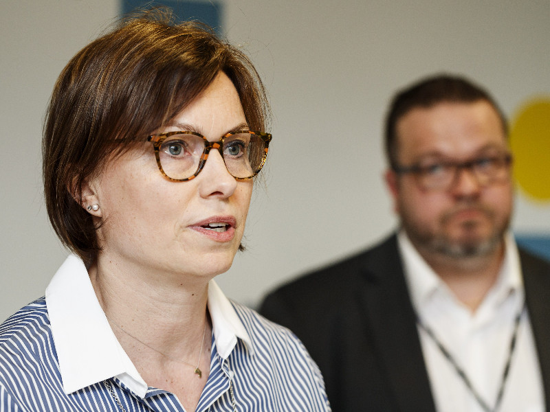 Minna Etu-Seppälä of the Chemical Industry Federation and Toni Laiho of the Industrial Union spoke to the media in a press conference in Helsinki on Thursday, 6 February. (Roni Rekomaa – Lehtikuva)