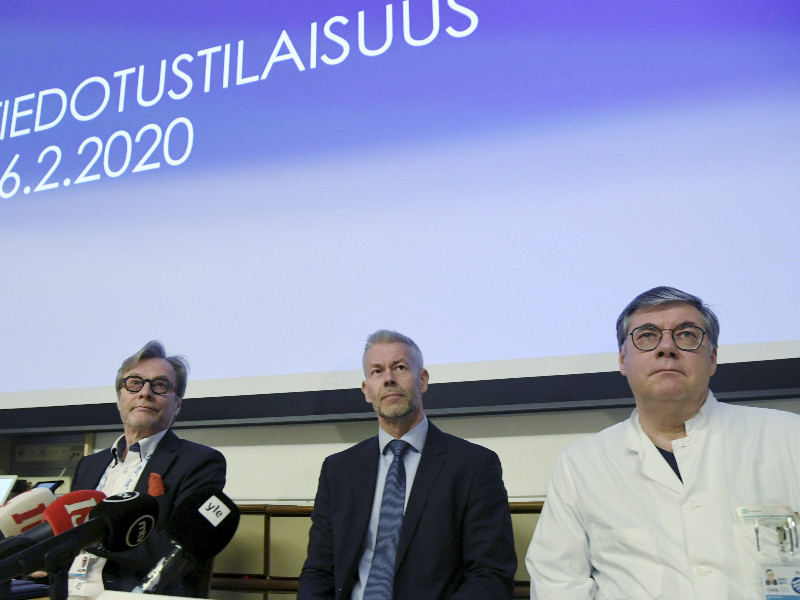 Markku Mäkijärvi (left) and Asko Järvinen (right), senior physicians at the Hospital District of Helsinki and Uusimaa, flanked Taneli Puumalainen, a senior physician at the National Institute for Health and Welfare (THL), in a press conference held about the first confirmed case of coronavirus in Helsinki on Wednesday, 26 February 2020. (Markku Ulander – Lehtikuva)