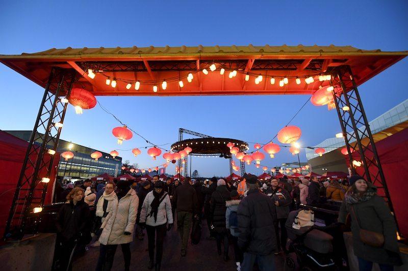 People enter the CNY festival zone outside the Finnish Parliament building (Image; Lehtikuva)