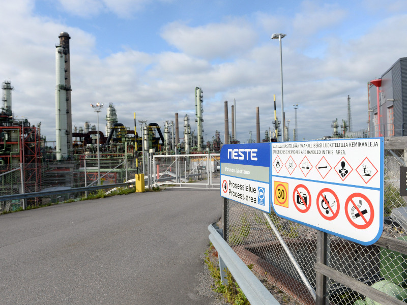 Standstill at Neste's refinery in Porvoo, Southern Finland, could have an impact on air and road traffic in Finland, writes Helsingin Sanomat. (Mikko Stig – Lehtikuva)