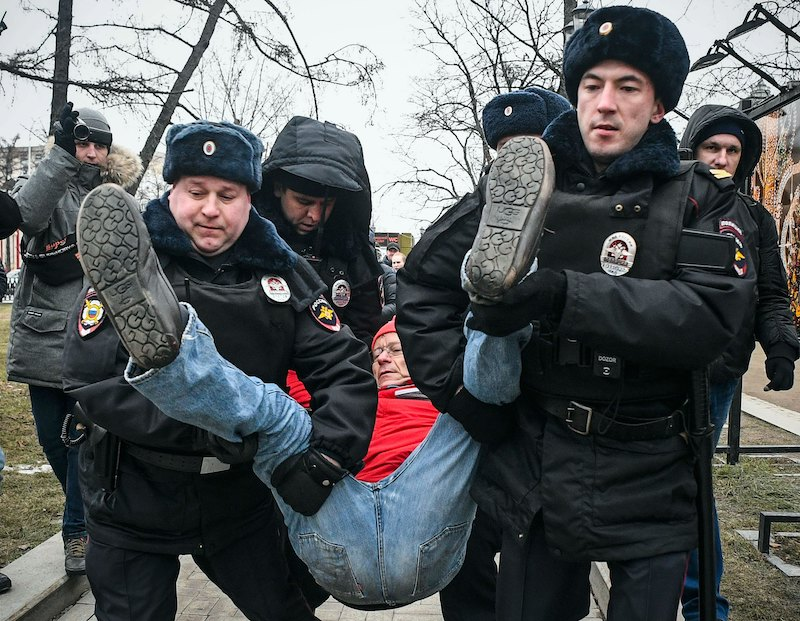 A protestor is carried away by policeman in central Moscow this afternoon (Image: Lehtikuva)