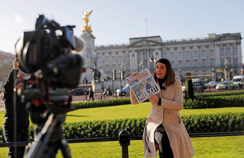 A journalist outside Buckingham Palace in London this morning (Image: Lehtikuva)