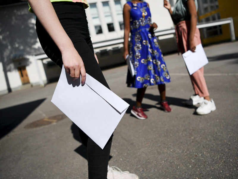 Pupils holding their school-year reports in Helsinki on Saturday, 30 May 2020. The Finnish capital has reported that the resumption of in-person teaching for the last two-and-a-half weeks of the school year has led to no up-tick in the number of coronavirus infections. (Antti Aimo-Koivisto – Lehtikuva)