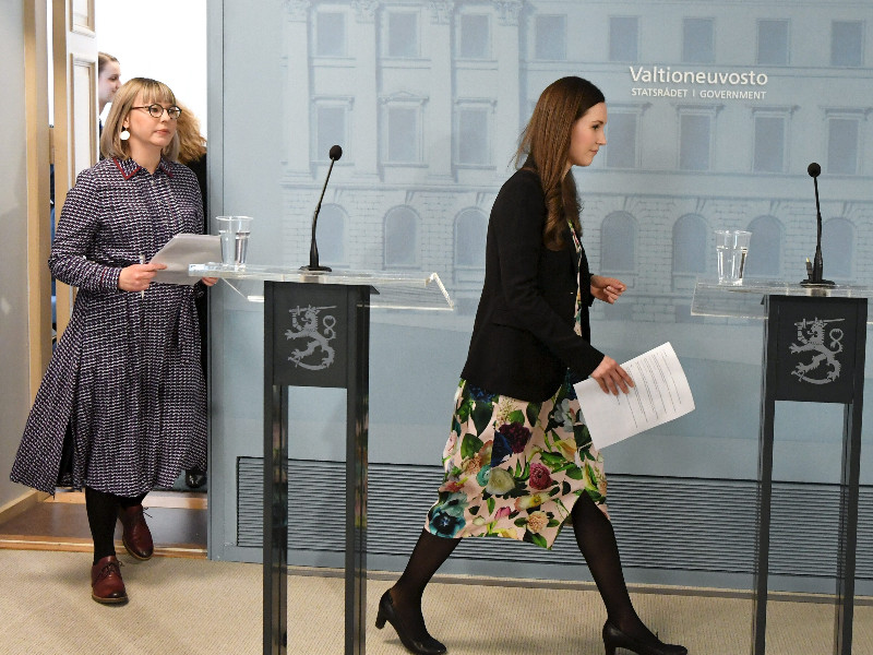 Prime Minister Sanna Marin (right) and Minister of Social Affairs and Health Aino-Kaisa Pekonen stepped before the media to give an update on the coronavirus epidemic in Finland in Helsinki on Thursday, 19 March 2020. (Jussi Nukari – Lehtikuva)