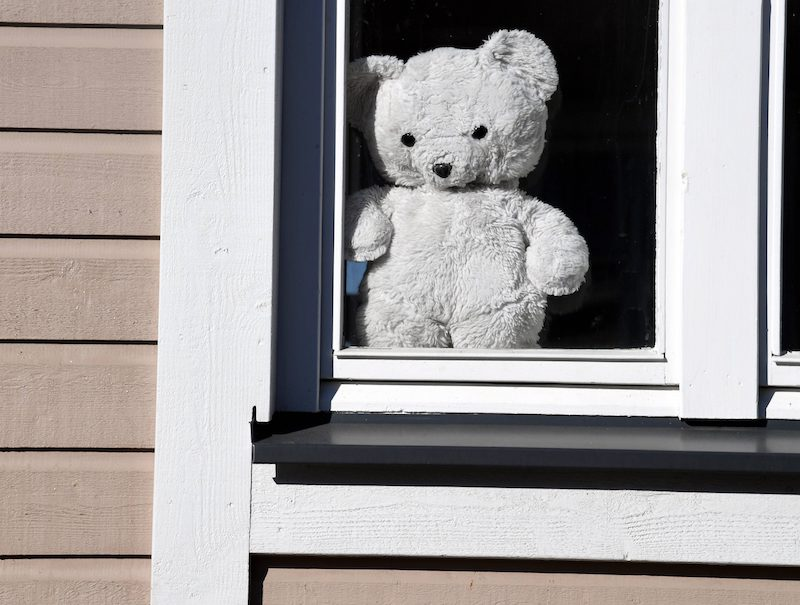 A teddy bear sits in the window of a home in Porvoo (Image: Lehtikuva)
