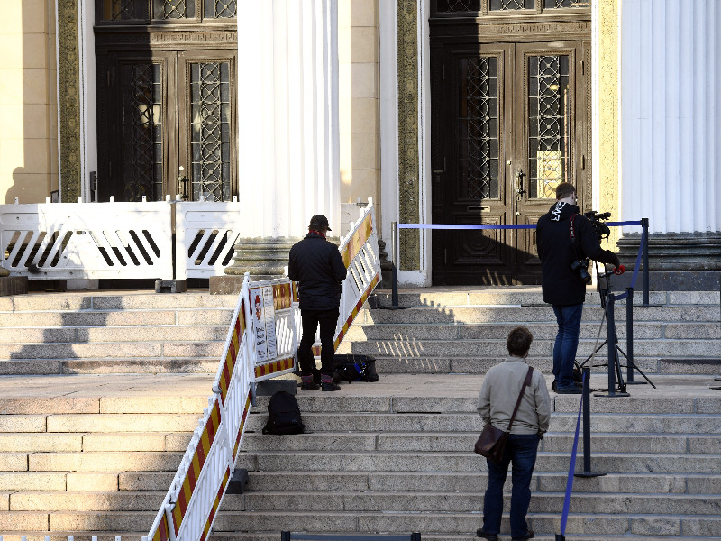 Members of the media waited for the government to wrap up its talks about the coronavirus epidemic on the steps of the House of the Estates in Helsinki on Sunday, 3 May 2020. (Emmi Korhonen – Lehtikuva)
