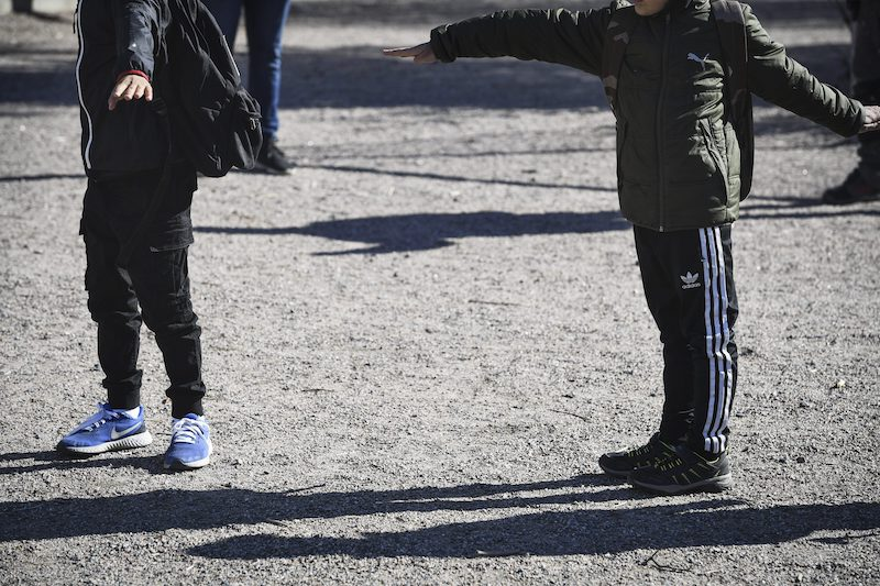 Pupils at Jokiniemi School measure the distances between each other with their arms (Image: Lehtikuva)