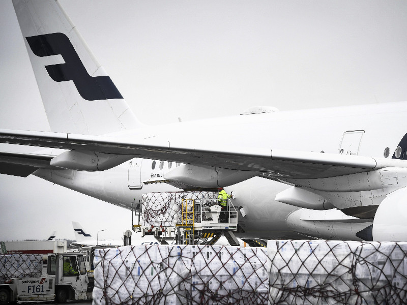 A Finnair aircraft carrying personal protective equipment needed in the fight against the new coronavirus was being unloaded at Helsinki Airport on 15 April 2020. (Emmi Korhonen – Lehtikuva)