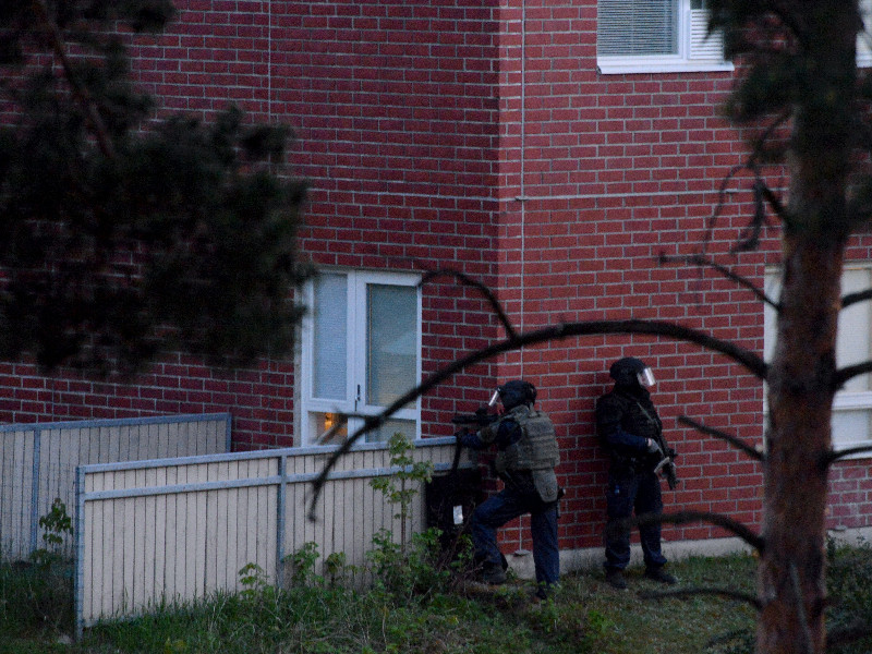 Heavily armed police officers at the site of an explosion that took place at around 8.30pm in Mäkkylä, Espoo, on Monday, 25 May 2020. (Mikko Stig – Lehtikuva)