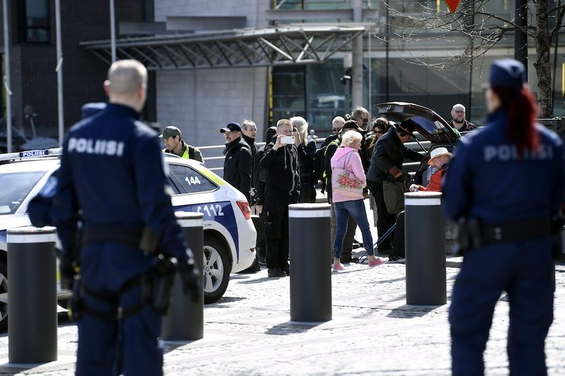 Police confront protestors outside of the Finnish Parliament earlier today (Image: Lehtikuva)
