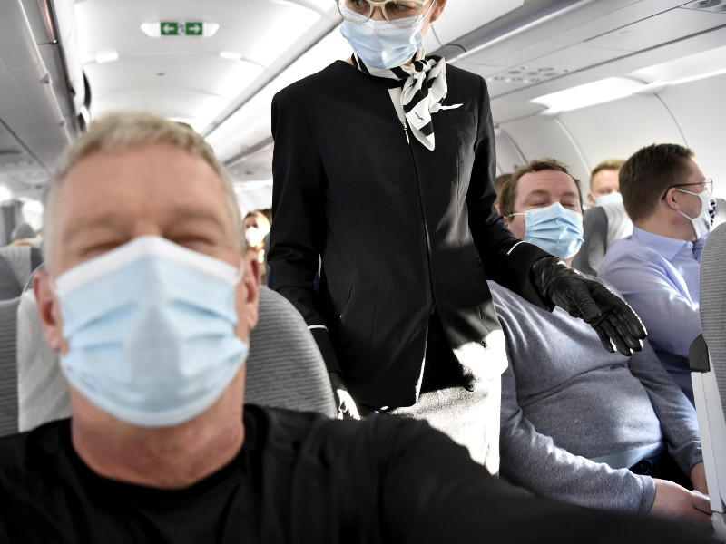Passengers and cabin crew wore face masks on a Finnair flight to Kittilä, Finnish Lapland, on 20 November 2020. A disinformation campaign spreading on social media claims, for example, that there is no scientific evidence of the benefits of masks. (Jussi Nukari – Lehtikuva)