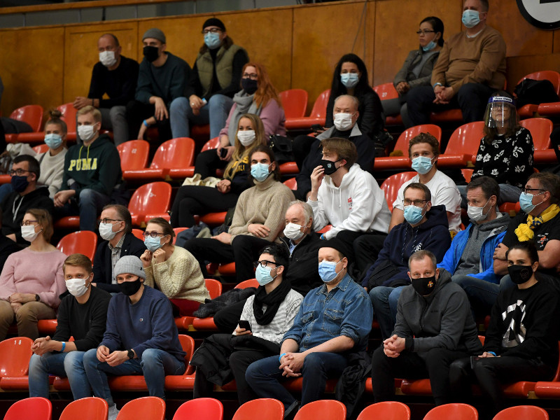 Spectators donning face masks at a basketball game between Seagulls and KTP-Basket in Helsinki on 13 November 2020. (Antti Aimo-Koivisto – Lehtikuva)