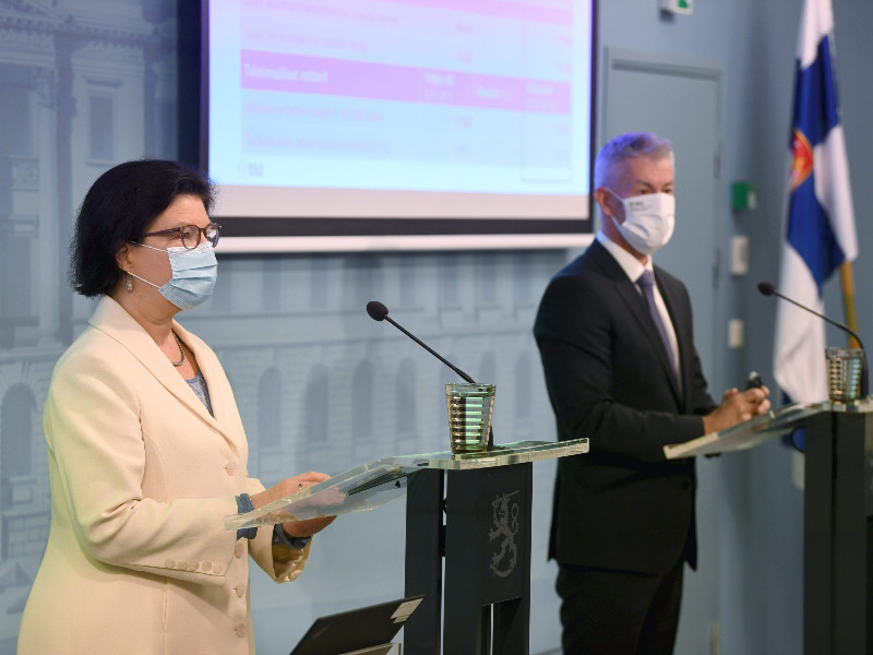 Liisa-Maria Voipio-Pulkki of the Ministry of Social Affairs and Health and Taneli Puumalainen of the Finnish Institute for Health and Welfare (THL) provided an update of the coronavirus situation in Finland in Helsinki on Thursday, 19 November 2020. (Antti Aimo-Koivisto – Lehtikuva)