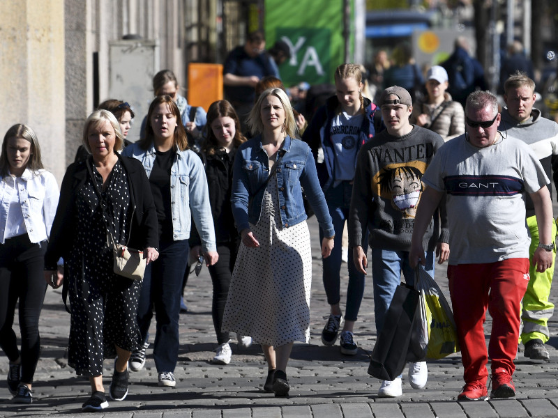 Pedestrians crossing the road in Helsinki on 23 May 2020. Over 70 per cent of Finns view that it has been fairly or very easy to cope with the restrictions adopted to fight the coronavirus outbreak, according to a new Eurobarometer. (Vesa Moilanen – Lehtikuva)