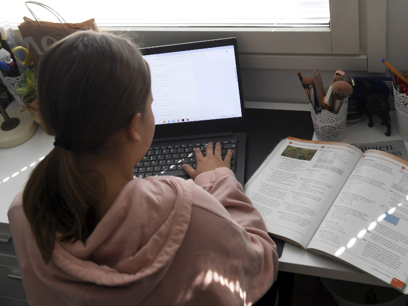 A girl studied at home in Espoo on 27 April 2020. (Vesa Moilanen – Lehtikuva)