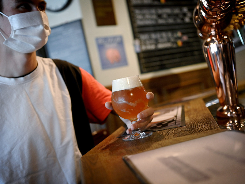 A patron wearing a face mask at the counter of a pub in Helsinki on 19 August 2020. (Antti Aimo-Koivisto – Lehtikuva)
