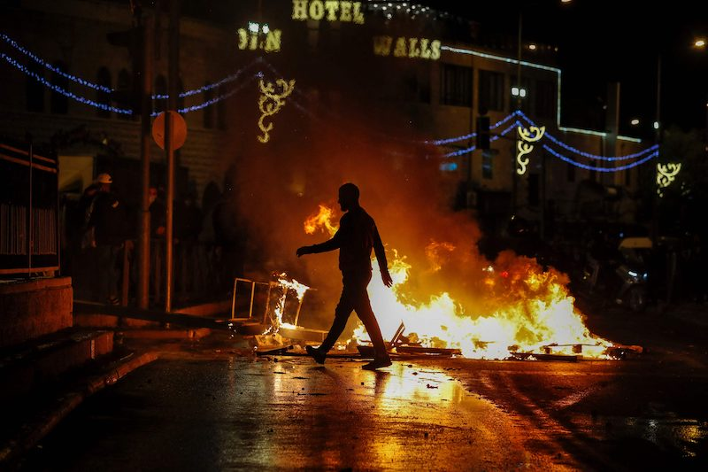 Streets are set ablaze as members of the Israeli security forces deploy during clashes with Palestinian protesters outside the Damascus Gate in Jerusalem's Old City on April 22, 2021. LEHTIKUVA / AFP