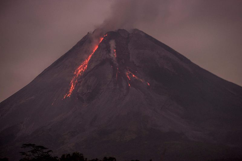 Lava flows down from the crater of Mount Merapi, Indonesia's most active volcano, as seen from Sleman in Yogyakarta on April 25, 2021. LEHTIKUVA / AFP