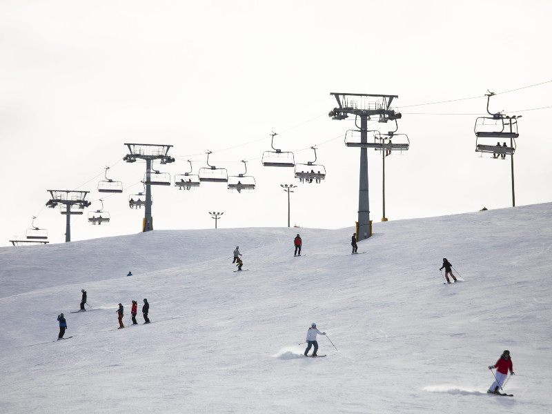 Holidaymakers on the slopes at Levi Ski Resort in Kittilä, Lapland, on Good Friday, 2 April 2021. (Irene Stachon – Lehtikuva)