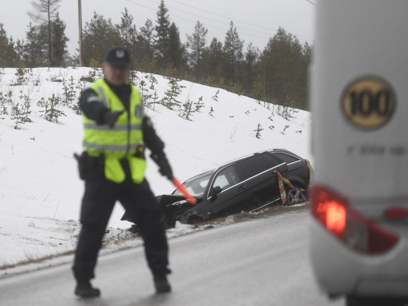 A police officer directed traffic at the site of an accident that left eight people injured in Suomussalmi, Eastern Finland, on Monday, 5 April 2021. (Vesa Moilanen – Lehtikuva)
