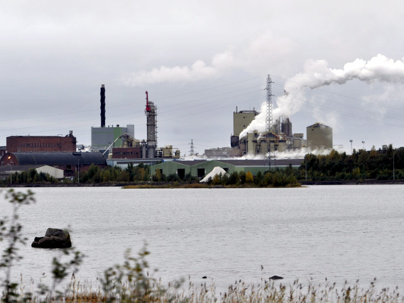 Stora Enso's mill in Kemi, photographed on 21 September 2011, is capable of producing 850,000 tonnes of paper and 380,000 tonnes of pulp a year. (Kimmo Mäntylä – Lehtikuva)