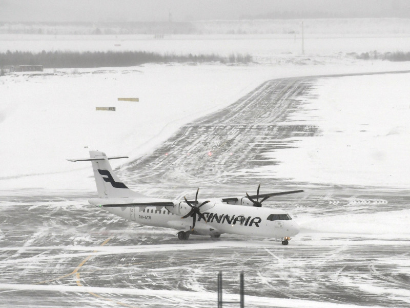 Finnair's ATR 72-500 passenger aircraft was photographed on the runway at Helsinki Airport on Wednesday, 13 January 2021. (Vesa Moilanen – Lehtikuva)