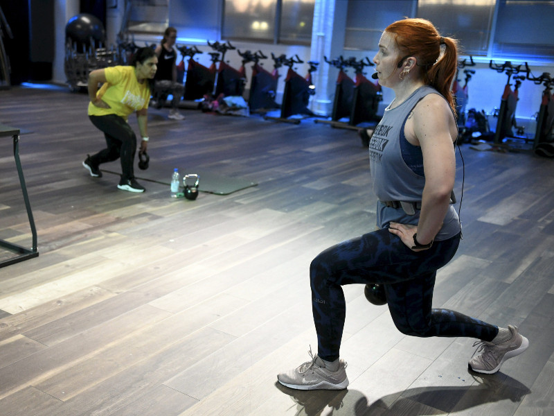 Instructor Minna Liivalahti led a group exercise at Fit Tammisto Kuntokeskus in Vantaa on Tuesday, 2 March 2021. (Heikki Saukkomaa – Lehtikuva)