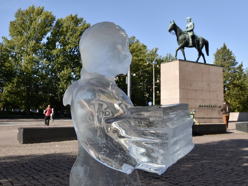 The sculpture outside Kiasma on Saturday (Image: Lehtikuva)