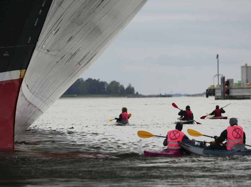 Activists surrounded the vessel in Hernesaari harbour (Image: Lehtikuva)