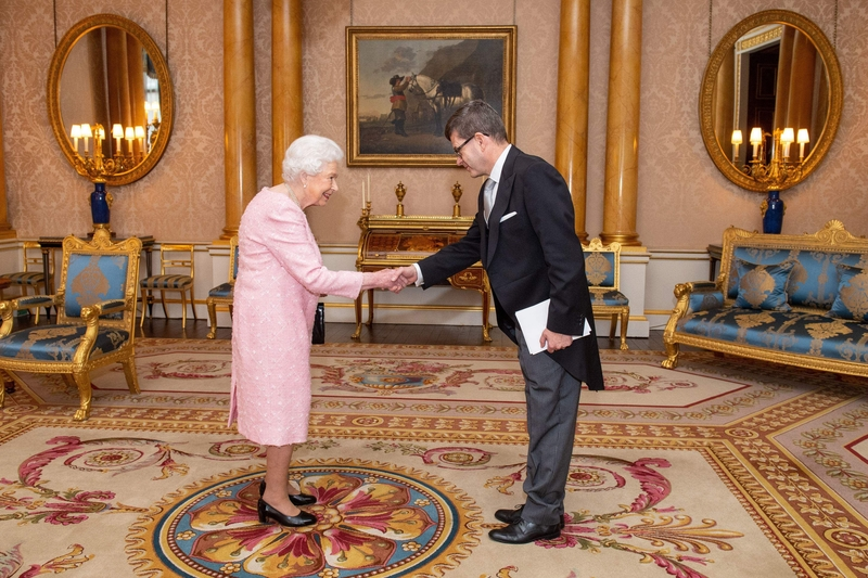 Queen Elizabeth II greets Finland's ambassador to the UK in Buckingham Palace on Tuesday afternoon (Image: Lehtikuva)